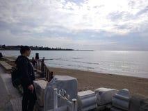 Os povos apreciam andar através do lado de Antalya na praia em um dia ensolarado fotos de stock