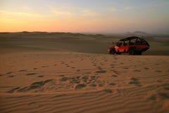 Os povos apreciam a equitação do carrinho de duna no deserto de Huacachina na região do AIC de Peru, Ámérica do Sul imagem de stock