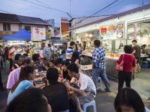 Os povos apreciam jantar alimentos da rua na rua de Jonker em Malacca Fotos de Stock
