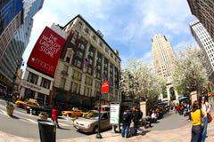 Os povos apreciam o dia de mola ensolarado Fotos de Stock Royalty Free