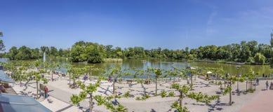 Os povos apreciam o lago em Nauheim mau Imagem de Stock