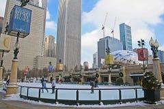 Os povos apreciam a patinagem no gelo perto do feijão de Skygate em Chicago imagem de stock royalty free