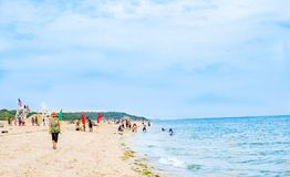 Os povos apreciam a praia do mar do verão com família imagem de stock