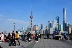 Os povos apreciam a skyline de Shanghail Imagem de Stock Royalty Free