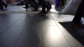 Os povos apressam a pressa vão os pés corridos dos pés, fim acima, conceito filme