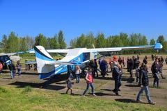 Os povos aproximam aviões da turboélice Fotos de Stock
