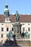 Os povos aproximam a estátua de Francis primeiramente imagens de stock royalty free