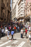 Os povos aproximam rua o 25 de março, cidade Sao Paulo, Brasil Foto de Stock Royalty Free