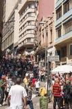 Os povos aproximam rua o 25 de março, cidade Sao Paulo, Brasil Imagens de Stock Royalty Free