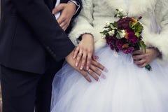 Os povos, as mãos e os dedos casados com anéis, flores fotografia de stock
