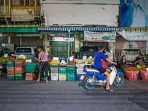 Os povos asiáticos vêm à compra no mercado de fruto da cidade do rayong fotografia de stock