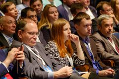 Os povos assistem à conferência do negócio no salão do congresso Foto de Stock Royalty Free