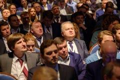 Os povos assistem à conferência do negócio no salão do congresso Fotografia de Stock Royalty Free