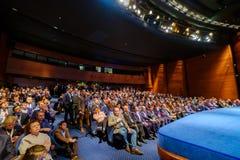 Os povos assistem à conferência do negócio no salão do congresso Imagens de Stock