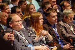 Os povos assistem à conferência do negócio no salão do congresso Fotos de Stock Royalty Free