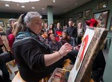 Os povos atendem à oficina livre durante o dia aberto na escola das aquarelas Fotografia de Stock Royalty Free