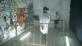 Os povos atendem à exposição audiovisual no centro de MARTE vídeos de arquivo