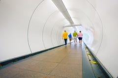 Os povos atravessam a passagem subterrânea Foto abstrata do centro de S Imagem de Stock