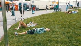 Os povos bêbados encontram-se no prado perto da estátua de Baviera no festival de Oktoberfest Baviera, Alemanha filme