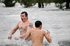 Os povos banham-se no rio no inverno. Esmagamento cristão do festival religioso Fotografia de Stock Royalty Free