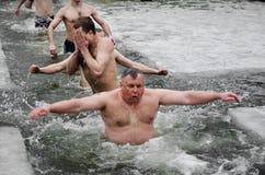 Os povos banham-se no rio no inverno. Esmagamento cristão do festival religioso Imagens de Stock