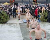 Os povos banham-se no rio no inverno. Esmagamento cristão do festival religioso Fotos de Stock