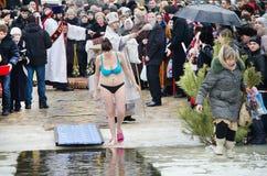 Os povos banham-se no rio no inverno. Esmagamento cristão do festival religioso Fotografia de Stock