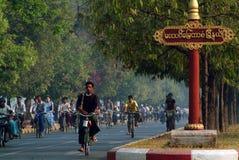 Os povos burmese que usam a bicicleta diária Imagem de Stock