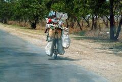 Os povos burmese que usam a bicicleta diária Fotografia de Stock