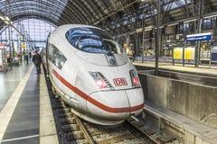 Os povos chegam e partem no estação de caminhos-de-ferro de Francoforte Fotografia de Stock Royalty Free