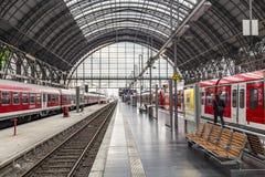 Os povos chegam e partem no estação de caminhos-de-ferro de Francoforte Fotos de Stock Royalty Free