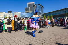 Os povos coloridos compostos como Manga da cena cômica com os trajes têm um partido grande Fotos de Stock
