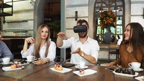 Os povos com os auriculares da realidade virtual em um canteiro de obras A mulher mostra ao grupo de arquitetos e de coordenadore vídeos de arquivo