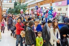 Os povos com crianças estão na fila ao oceanarium Fotografia de Stock Royalty Free
