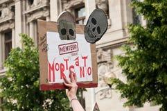 Os povos com o painel durante a demonstração contra Monsanto e o transatlantique trataram FO Fotografia de Stock
