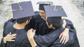 Os povos com vestidos pretos abraçam o pescoço no agrupamento Imagens de Stock Royalty Free
