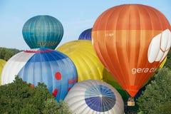 Os povos começam o voo com os balões de ar quente sobre a cidade de Vilnius, Lituânia Imagem de Stock