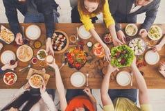 Os povos comem refeições saudáveis no partido de jantar servido da tabela foto de stock