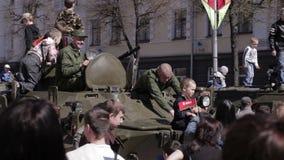 Os povos comemoram Victory Day. vídeos de arquivo