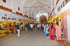 Os povos compram dentro de Meena Bazaar no forte vermelho Foto de Stock