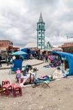 Os povos compram em um mercado em El Alto foto de stock