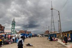 Os povos compram em um mercado em El Alto foto de stock royalty free