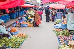 Os povos compram em um mercado em El Alto imagem de stock royalty free