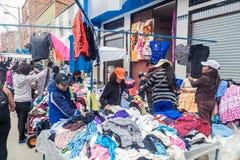 Os povos compram em um mercado em El Alto, Bolívia fotografia de stock royalty free