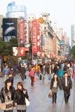 Os povos compram na estrada do leste de Nanjing em Shanghai, China fotografia de stock royalty free