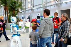 Os povos comunicam-se com o robô Fotografia de Stock Royalty Free