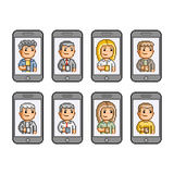 Os povos comunicam-se em smartphones Fotos de Stock