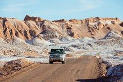 Os povos conduzem o carro no la Luna de Valle de em San Pedro de Atacama, o Chile fotografia de stock