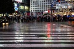 Os povos cruzam a rua no shibuya, tokyo, japão Fotografia de Stock