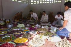 Os povos dão o alimento e bebem-no à monge budista para seu grande meri Imagens de Stock Royalty Free